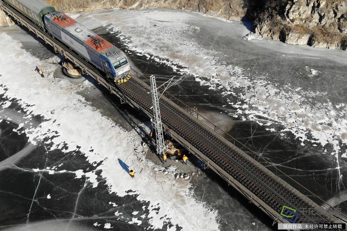 落坡岭水库打冰人