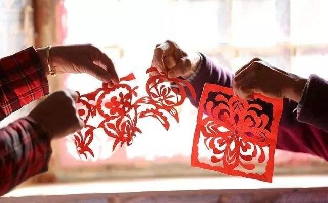 邀孩子剪窗花写春联 北京市方志馆传承年俗年味